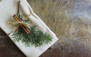 7 Ways to Personalize a Holiday Place Setting